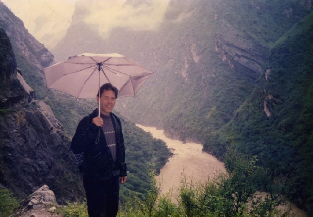 El autor, @Chegoyo, en el río Yangtzé, en las cercanías de la Garganta del Salto del Tigre, cerca de Lijiang (y fotos desde arriba mostrando el paisaje), en la Provincia de Yunnan.La parte superior del Yangtzé recibe el nombre de río Jinsha. Foto tomada en el verano 1993, ese día llovía copiosamente.