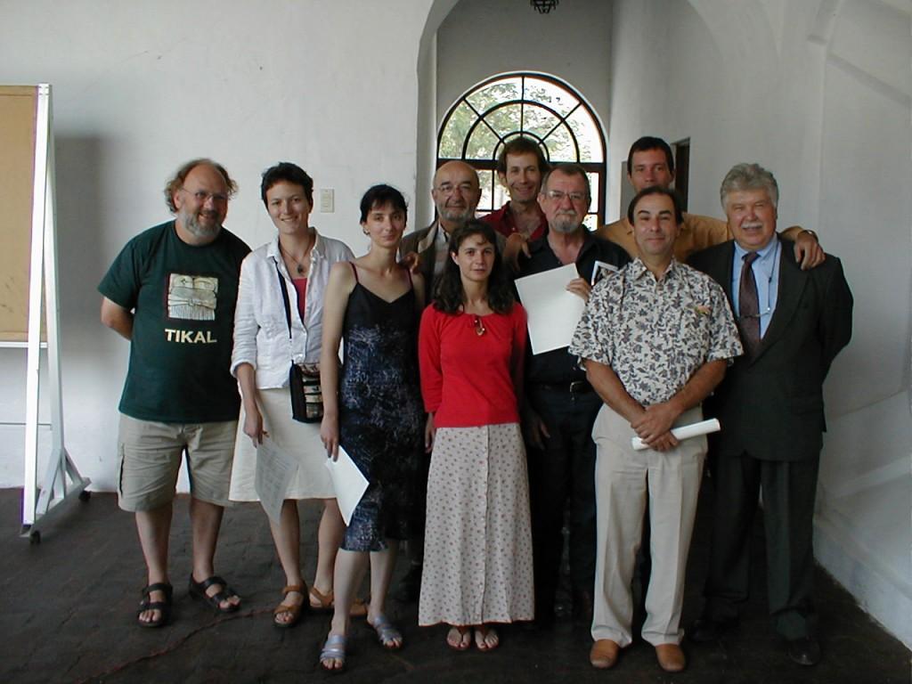 Ricardo Tascón, el cuarto desde la izquierda, en Guatemala, 2003. Su colega, y jefe del programa francés de geofísica aplicada para Centroamérica Louis Pastor, es el cuarto contado desde la derecha.