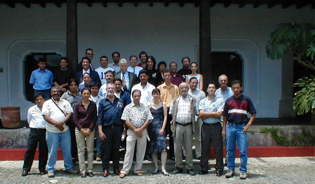 Foto Grupo Guatemala 2003: Ricardo Tascón (desde la izquierda) es el tercero de la primera fila.