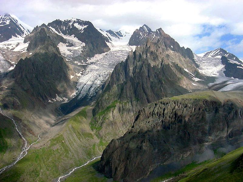Foto de las montañas del Cáucaso georgiano mostrando ríos y valles. Fuente Wikipedia, foto de Paata de Tbilisi, Georgia.