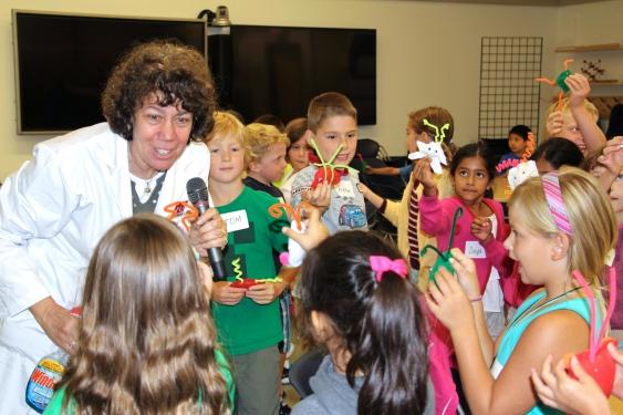 La profesora Lavieri enseñando Química a un grupo de niños.