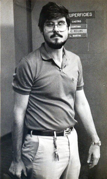 Dr. Miguel Martín Landrove pasando frente a una de las puerta del laboratorio de Física de Superficies.