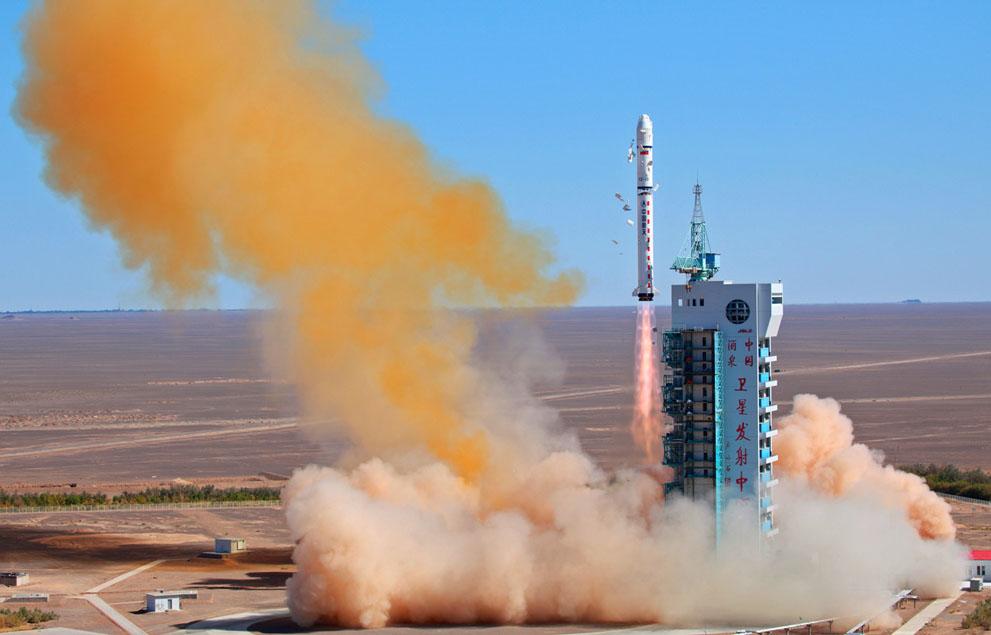 Un cohete chino lanza el satélite venezolano VRSS-1 (mejor conocido como Francisco Miranda),un satélite para monitoreo remoto (teledetección) diseñado y construído en China y lanzado, el 29 de septiembre del 2012, desde la provincia de Gansu, China. Ilustración tomada de The Atlantic,Infocus.
