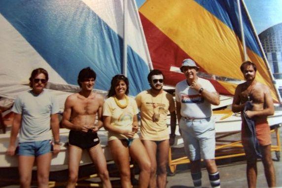 El Profesor Sáez (con sombrero) con familia y amigos. La mujer en el centro es su hija María Eugenia Sáez. Foto suministrada por María Eugenia Sáez.