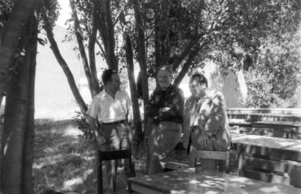 Desde la izquierda, Morey Terry, el fisico experimental canadiense Daniels, y José Balseiro. Foto sin fecha (circa 1961).
