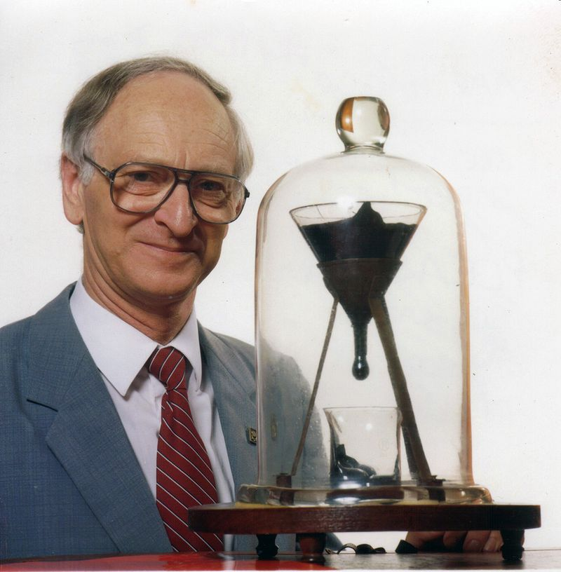800px-Pitch_drop_experiment_with_John_Mainstone