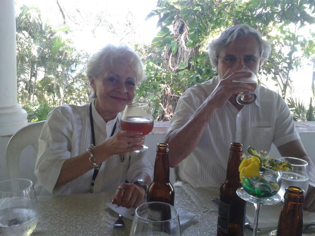 a Dra. Ana Cecilia Rodríguez de Romo de la Universidad Autónoma de México (UNAM) y a su lado está su esposo, el investigador en neurociencia cognitiva de la UNAM, Dr. Ranulfo Romo.